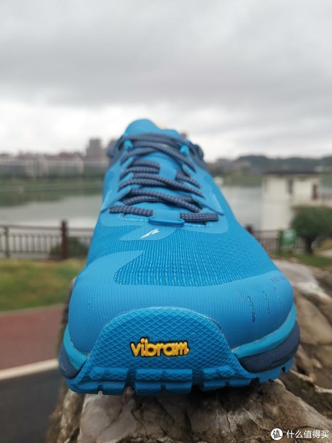 """鞋头视角,蓝色主题背景下黄色的""""vibram""""异常显眼"""
