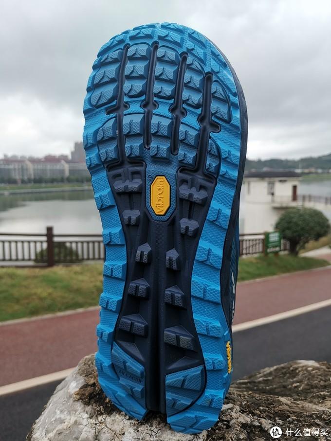 鞋底视角,作为越野跑鞋,大底上的深齿纹路是标配。