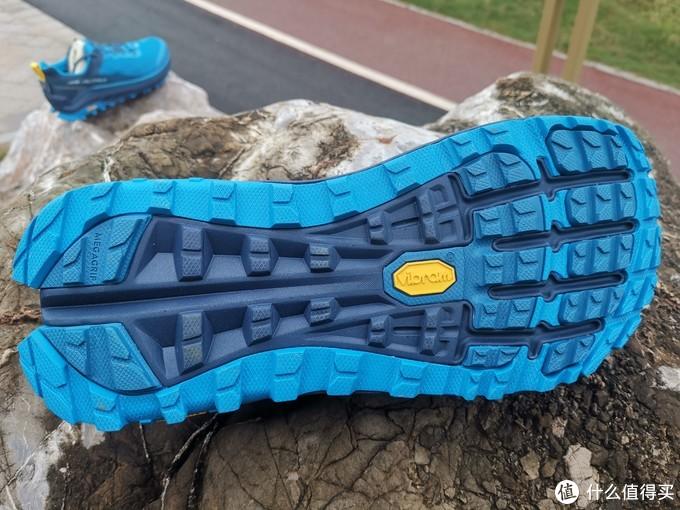 注意看这双跑鞋的大底设计造型,底部的深蓝色是不是很像脚部的骨骼结构?