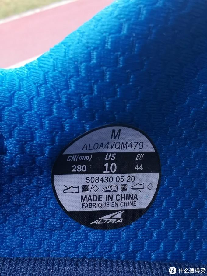 跑鞋内部侧面的制造信息标,尺码标准可随便筛选