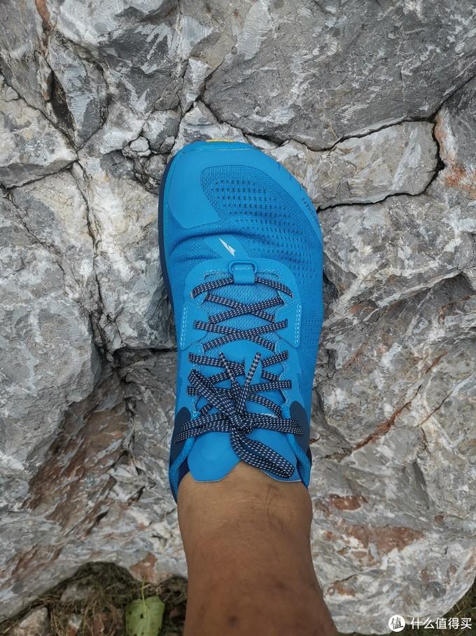 在潮湿的石头表面感受V底的防滑性能