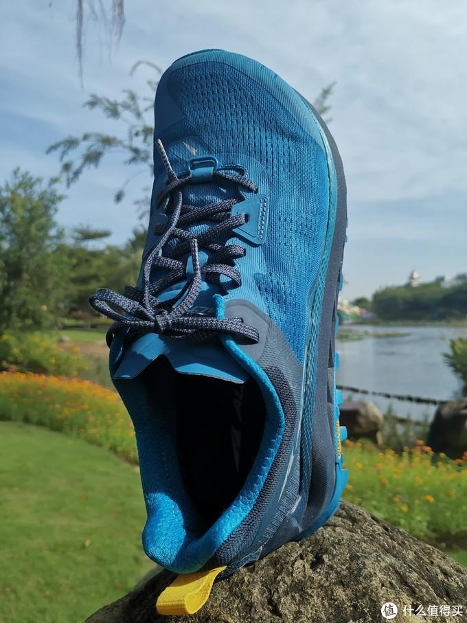 蓝天白云蓝色跑鞋