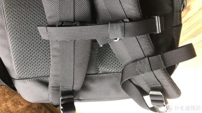 背带附带的松紧带,避免袋子悬空不美观