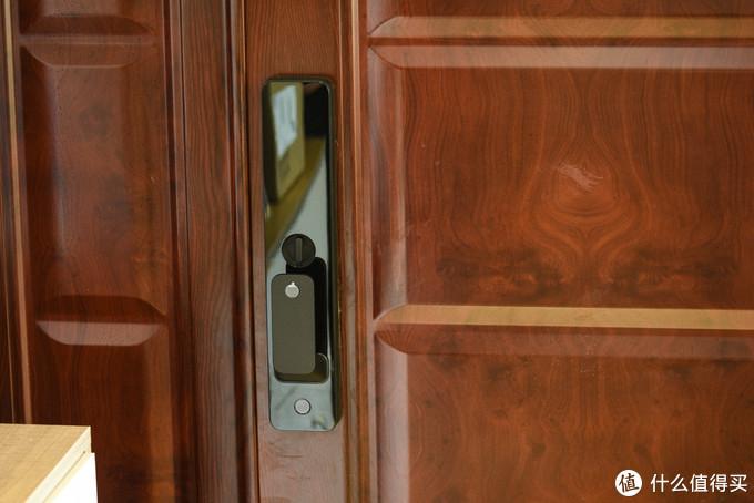 门内面板需要在手握手柄的情况下才能指纹开锁,避免宠物、小孩误开锁,最下方为电子反锁键,一键反锁,同时有童锁模式,App开启后只能通过旋钮物理开门,同时反锁按钮失效,避免儿童误开门、误反锁。