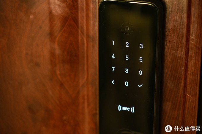 触摸后正面板键盘亮起,可以通过触摸密码解锁,也可以通过小米手机、手环、手表等设备NFC开锁。密码错误5次后自动锁定5分钟,并通过App告知。