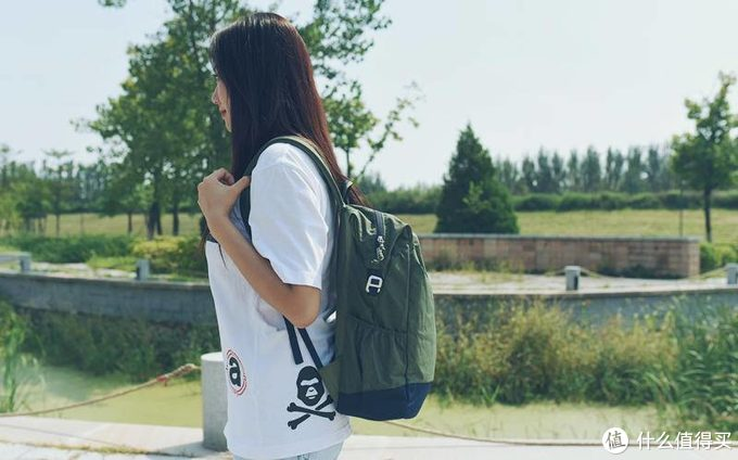 这款定位女性轻便小容量的双肩包,还能背笔记本,男性表示不服