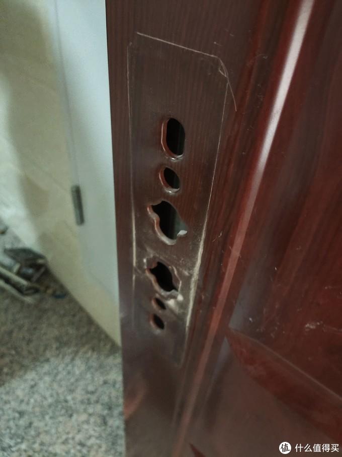 还好我们的门不需要进行更多的改造,师傅说安装起来和传统锁没什么区别。