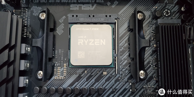 Ryzen R7 3700X处理器,图中右边为加了散热马甲的SN750固态硬盘