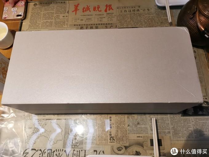 拆开快递后是一个长方型白色的纸盒。