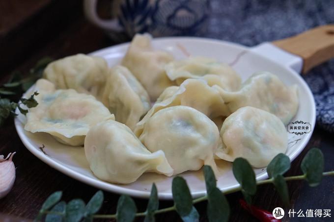 重阳佳节,给父母包上一锅饺子,皮薄大馅味道鲜,老妈爱吃