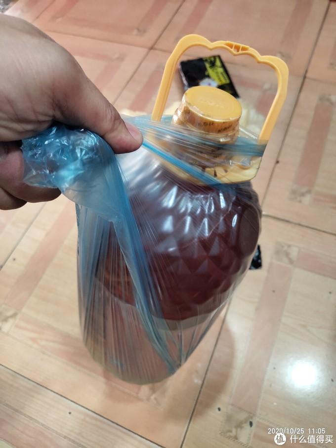 天天用的垃圾袋怎么样?用一桶6.18升的花生油来试一下质量!