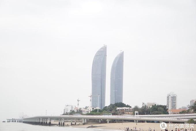沙滩远眺双子塔