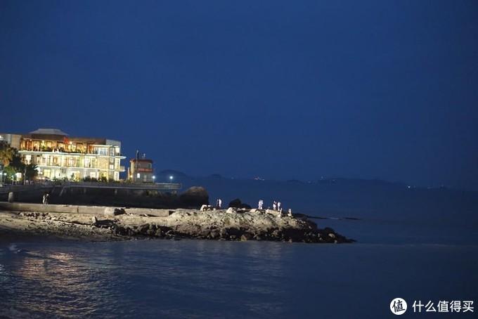 夜色下的海边街景