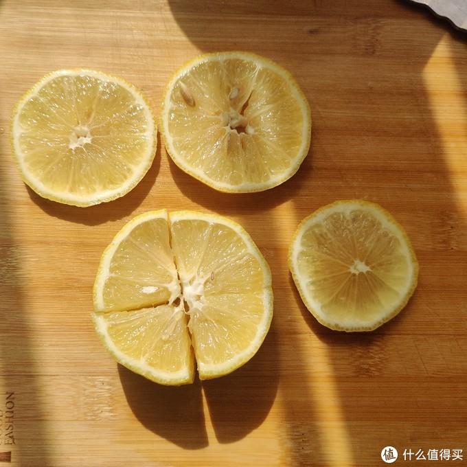 柠檬切片放入其中,切块的挤出柠檬汁