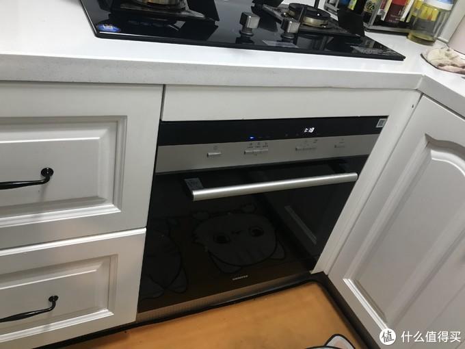 (图上可以看到右边开门会碰到洗碗机的把手,这是个小bug,只能将就了。注意洗碗机上面那一块60cm长的板。这个在大神攻略里讲过。让做橱柜的厂家预先做一块。