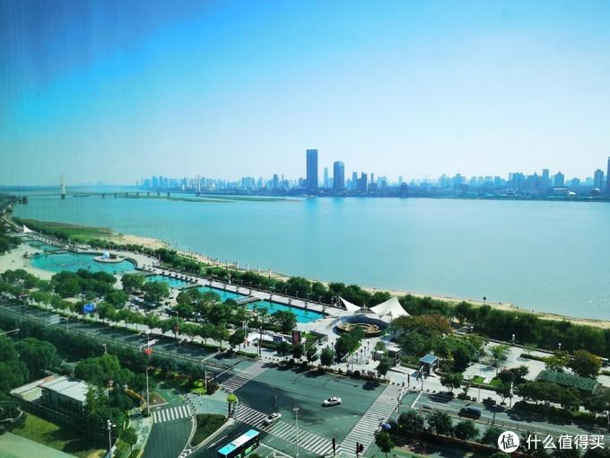 早上起床欣赏赣江和秋水广场,心情格外爽朗