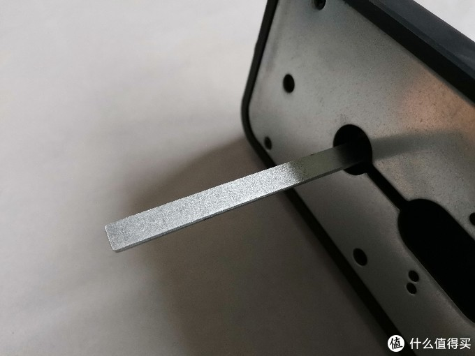 这个保险舌的拨杆,也没有常规锁具上面应有的折断槽。在实际操作过程中,5厘米左右的门后不需要切割。也算是一件幸事。