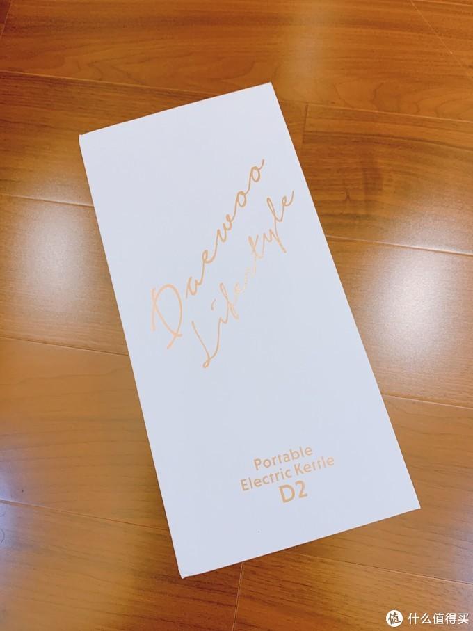 礼盒包装上面印有充满艺术设计感的烫金色字体!使得整个产品看起来简约而不简单!