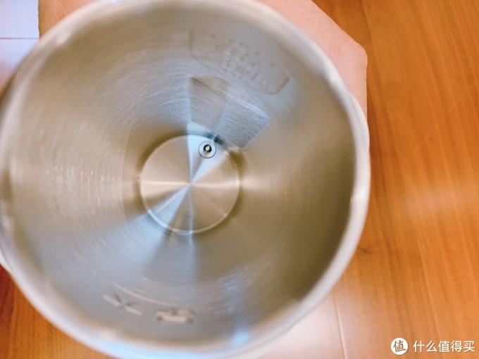 水壶底部的温控探头,加热精准,在壶壁上面有钢印,一面是316标志,另一面是最大加水刻度线标志。我们加水的时候不要超过最大刻度线