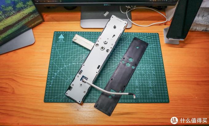 首先取下面板背后的橡胶垫片,里面露出来的是钢制的背板