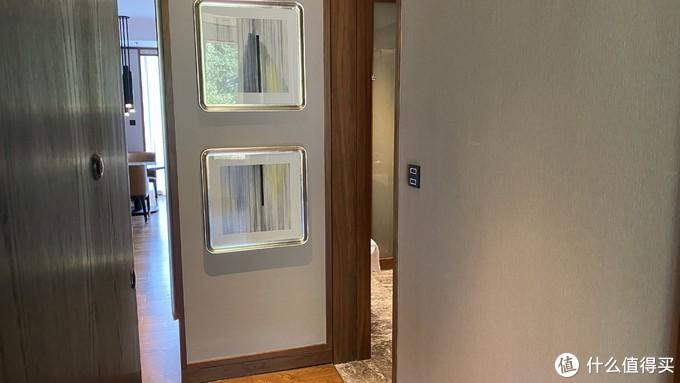 玄关——左边是卫生间,右侧为洗漱区