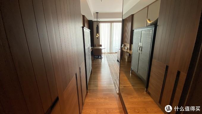 衣柜对面是一大面镜子