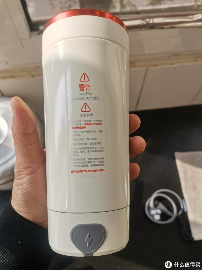 杯身底部为电源插口,上部使用时的警告事项,大家使用前一定要认真阅读