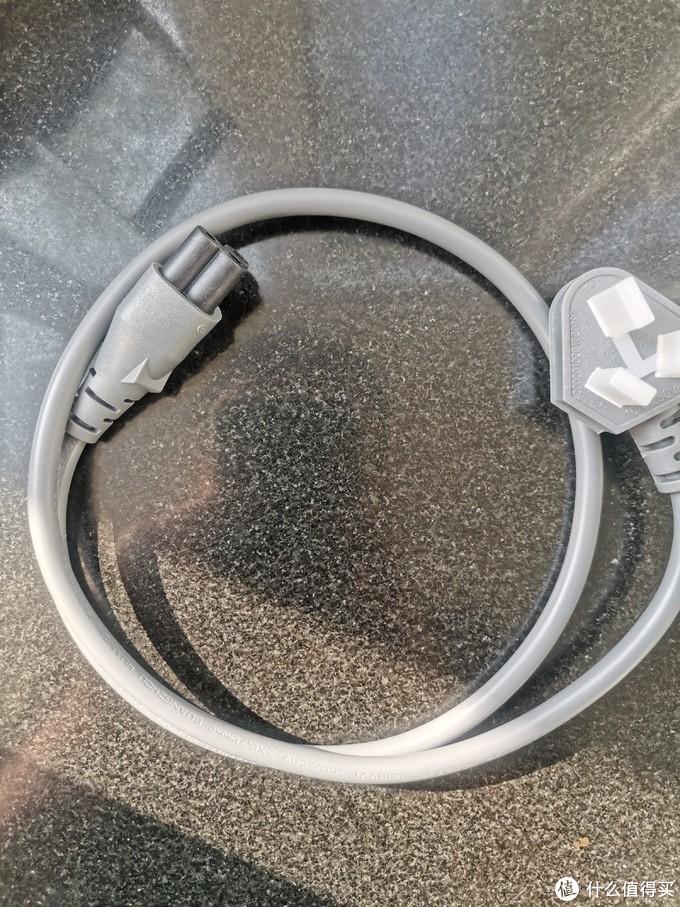 电源线不长,目测大概有60厘米左右,所以在使用时身边最好就近有插线板