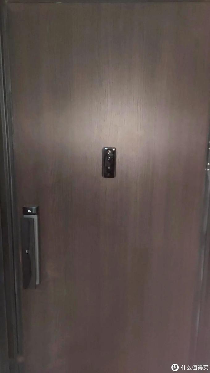 将背面胶贴在门上合适位置,嵌入米家门铃。