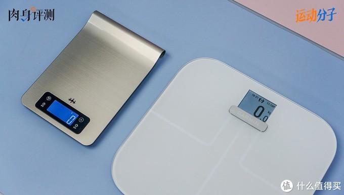 测量手机使用的是精准到克的电子厨房秤+苹果官方的数值