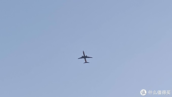 酒店位于萧山机场进场航线以下