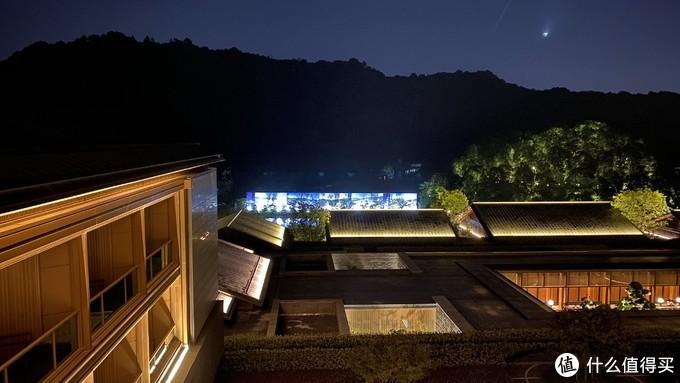 房间窗外的夜景——亮灯的部分其实是河对面的工地遮挡牌