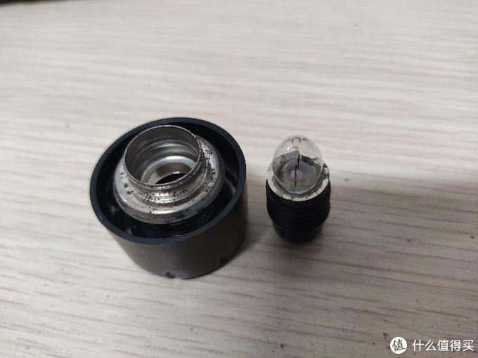 库存多年的GP超霸电筒更换氙气灯泡。