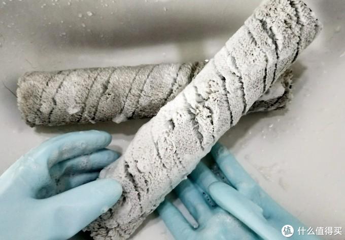 正在清洗中的毛毛滚轴,上面那个涂满了肥皂,下面那个还没有清洗,所以脏了吧唧地↑