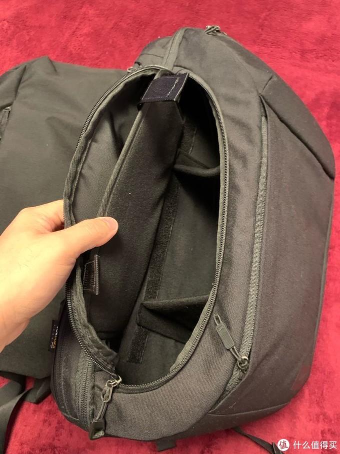 这里要重点说一下plus的独门秘籍,配置了一个硬壳摄影内胆包。不用的时候可以拿出来,而装进去的时候,plus会变成一个极其方便取拿相机和镜头的旅行摄影包