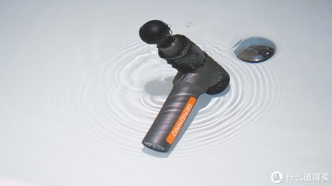 这也行?洗澡淋浴都能用,这把防水筋膜枪与众不同