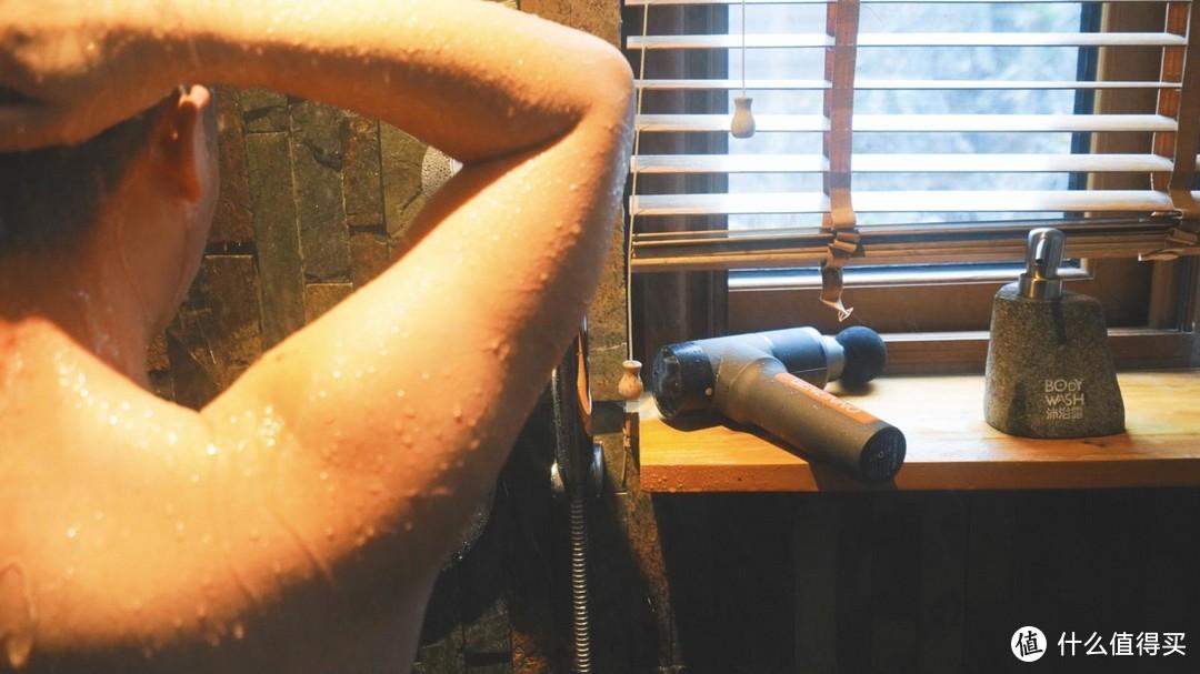 這也行?洗澡淋浴都能用,這把防水筋膜槍與眾不同