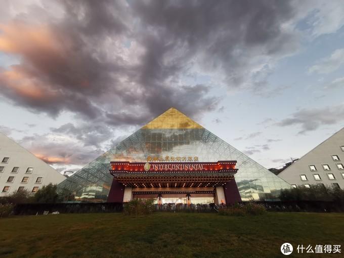 酒店主体外观像一个立着的大玻璃金字塔