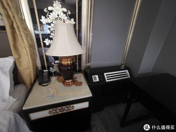 床右边的台灯,最右边那个是空调