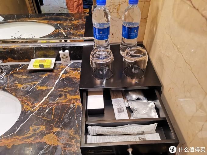 饮用水、洗漱用具和杯子