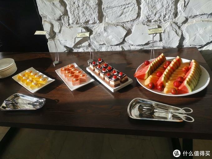 欢乐时光有点甜点和水果