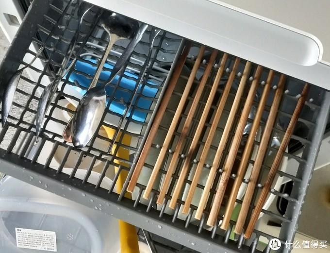 上层依旧是筷子与勺↑  早上的快洗因为没有烘干功能,所以我把早上洗过的筷子与勺一起放进去了~