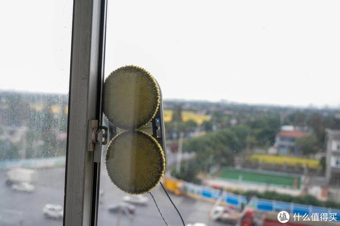 高层玻璃怎么清洁?用它——玻妞擦窗机器人,安全又高效!
