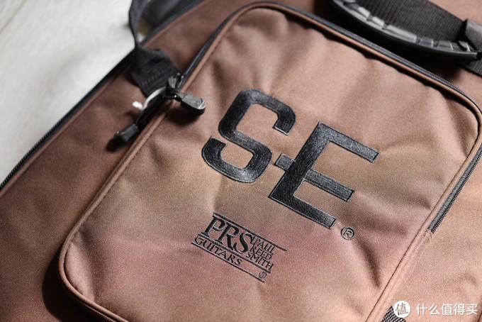 这个包做工倒是不错,多个口袋可以收纳一些小配件。