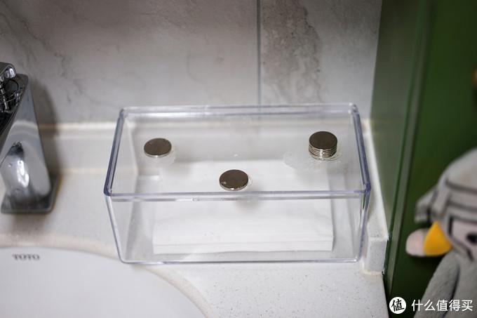 磁铁加免钉胶,可以把任何东西牢牢地固定在镜柜下方,充分利用镜柜的厚度空间,纸巾盒、牙刷杯都可以这么操作,让台面上没有卫生死角,任何水渍一擦即净