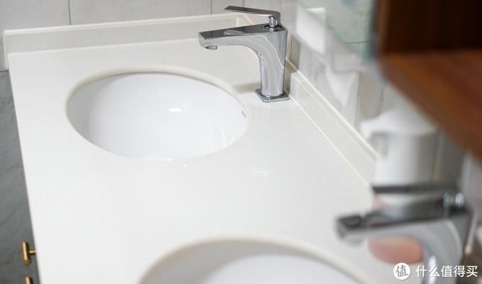 装修后设计了双台盆,搭配大镜子,早上两个人可以同时洗漱梳妆