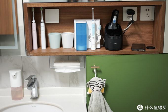 镜柜一定要搭配开放格,如果不想把东西放在湿漉漉的台面上的话