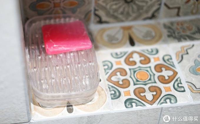 肥皂盒我放在了壁龛处,需要洗的东西都是洗澡时就洗了,干湿分离的肥皂盒可以保证肥皂不会被泡,挺不错的