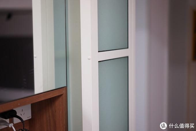 彻底打开时可以内开,基本不占用镜柜的空间