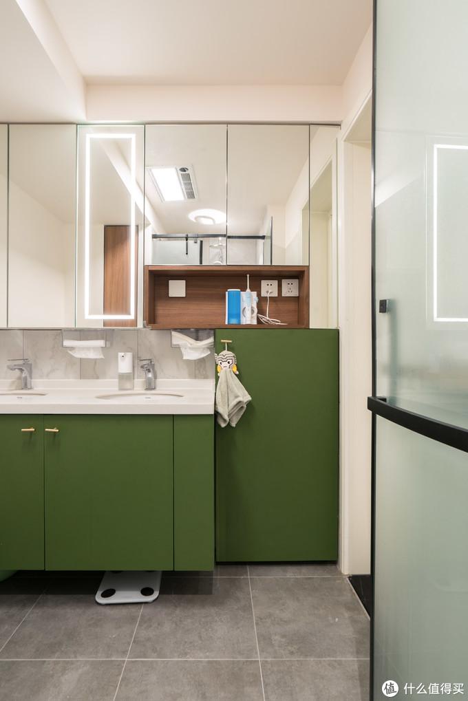 装修后,整面的镜柜配合部分开放格达到收纳最大化